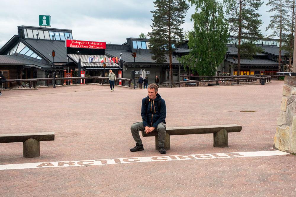 Линия Полярного круга в поселке Санта Клауса, Рованиеми, Финляндия