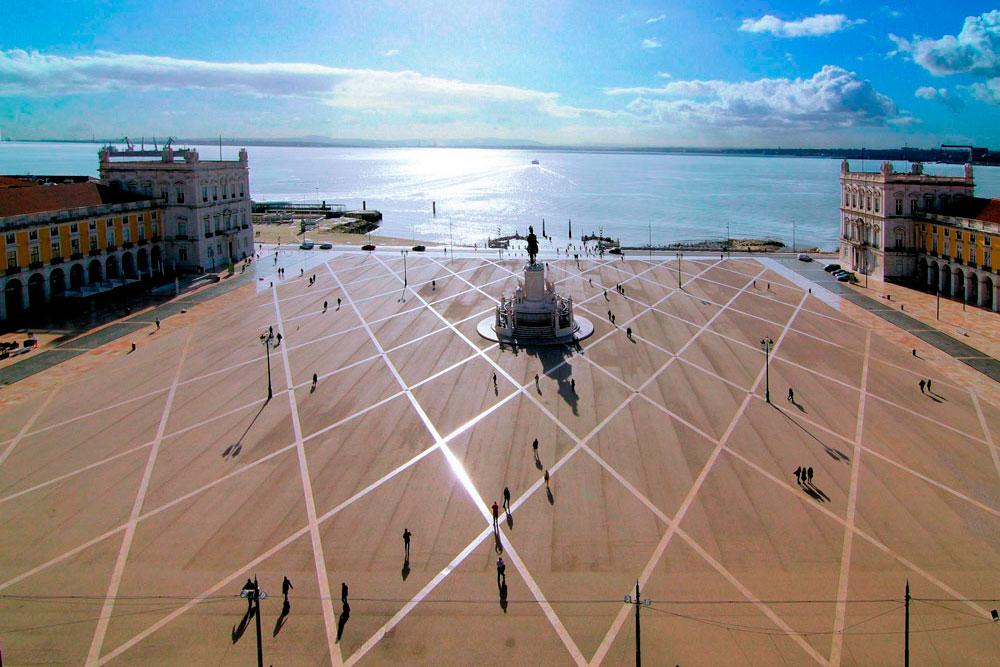 Площадь Праса-ду-Комерсиу в Лиссабоне